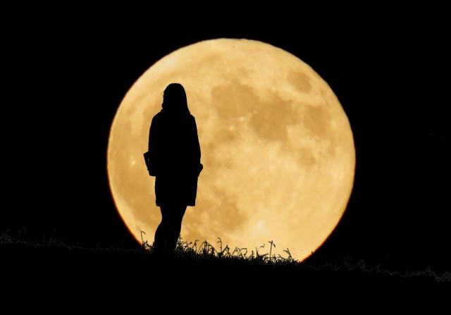 満月と女性