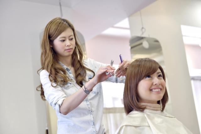 髪切る女性