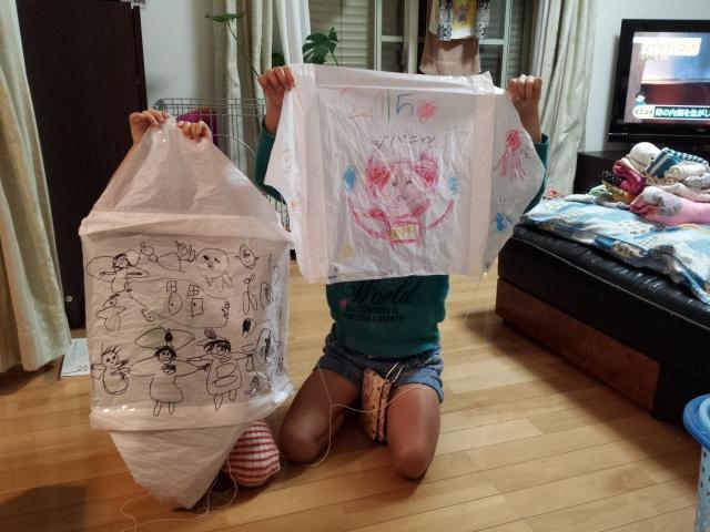 幼児と凧揚げ